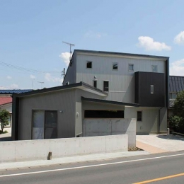 白河の家 (窓がたくさんある外観)