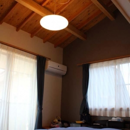 白河の家 (木のぬくもりを感じる寝室)