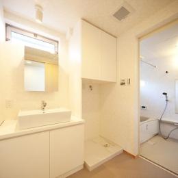 結芽の家-ゆめのいえ (白で統一した洗面台とバスルーム)