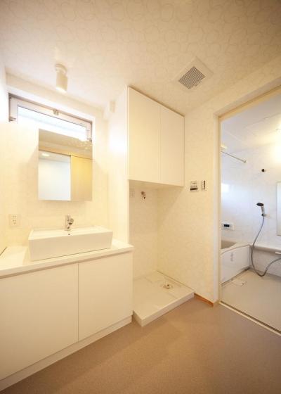 白で統一した洗面台とバスルーム (結芽の家-ゆめのいえ)