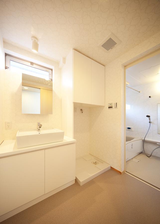 結芽の家-ゆめのいえの部屋 白で統一した洗面台とバスルーム