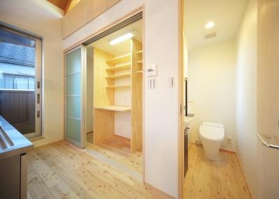 収納棚とトイレ (結芽の家-ゆめのいえ)