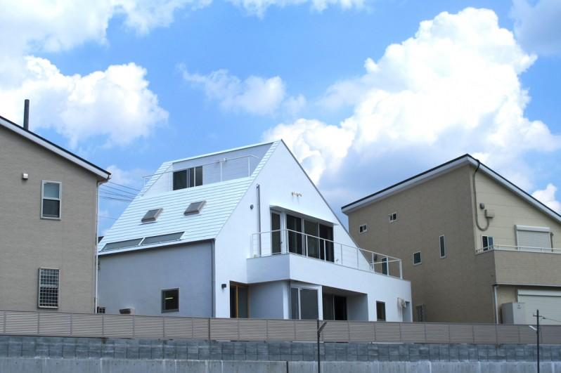 Kourien no ieの部屋 屋根まで白い家