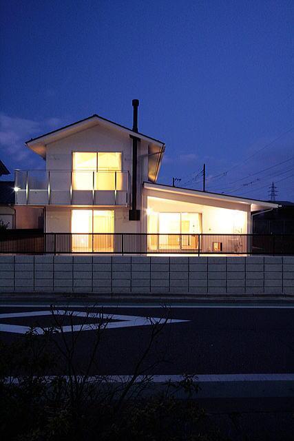 府中の家 (南側道路面外観(夕景))