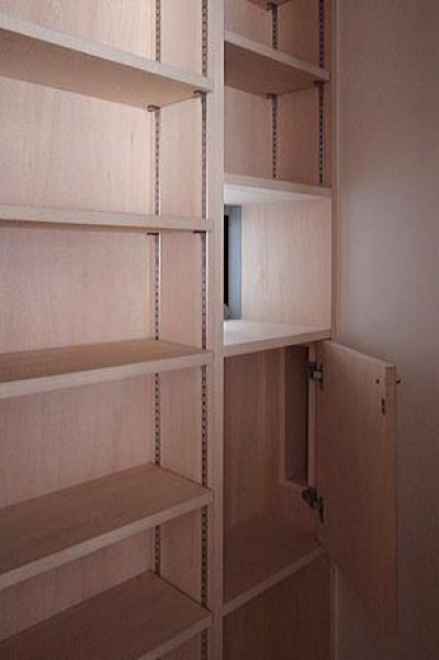食品庫内の収納棚 (府中の家)