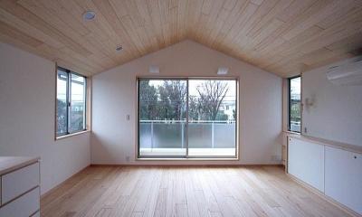 屋根勾配を生かした天井と主寝室|府中の家