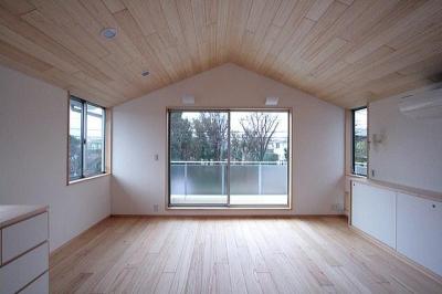 屋根勾配を生かした天井と主寝室 (府中の家)