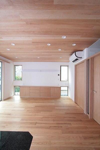 板貼天井のリビング (ダイニング側より西面を望む) (府中の家)