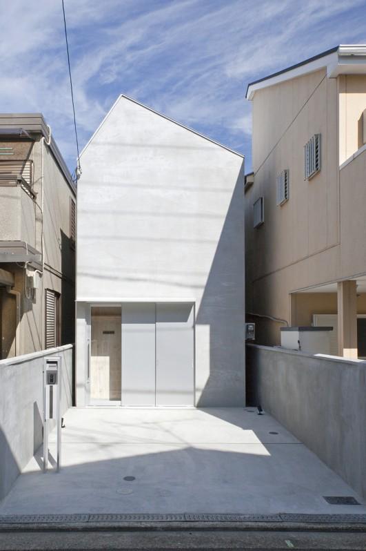 Imagawa no ieの部屋 駐車場のある白い外観