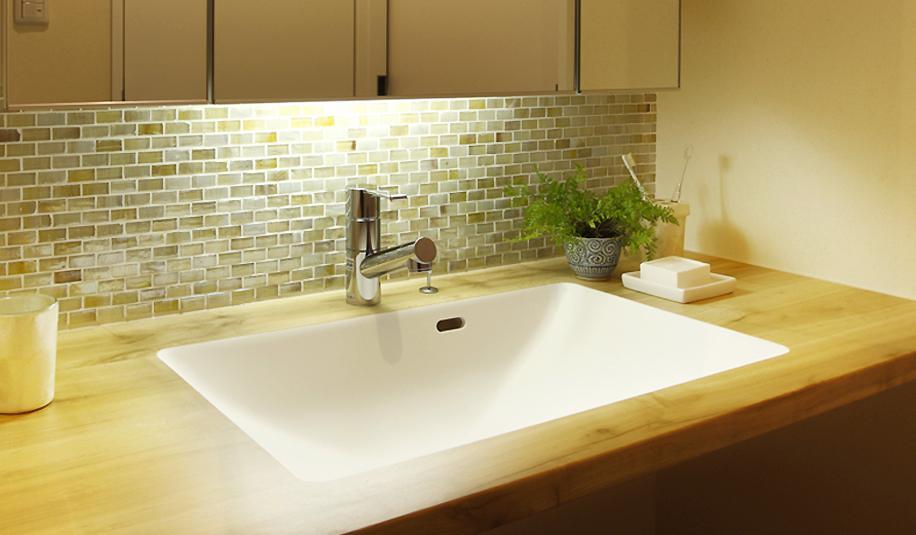 手触り、肌触りが五感を癒す、優しい住まいの部屋 タイルが際立つ洗面台