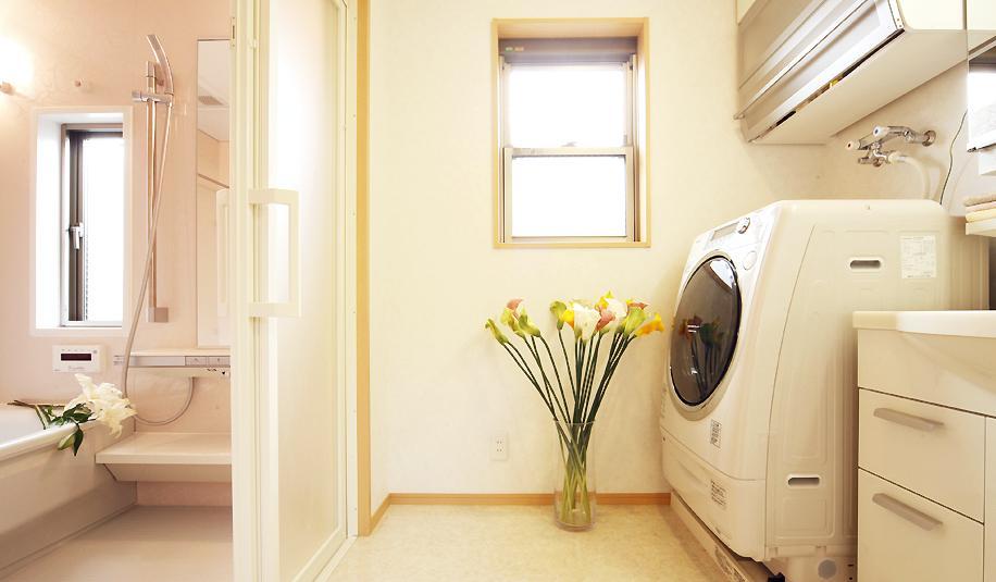 二人だけの空気だからこそ、解放空間で・・・の部屋 白を基調としたバスルームと脱衣所