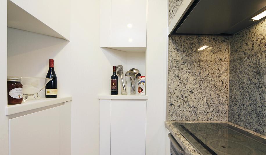 リビングと書斎を一続きに。気配を感じ合えるスタイルの部屋 キッチンの収納