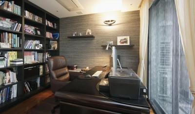 リビングと書斎を一続きに。気配を感じ合えるスタイル (収納しっかりの書斎)
