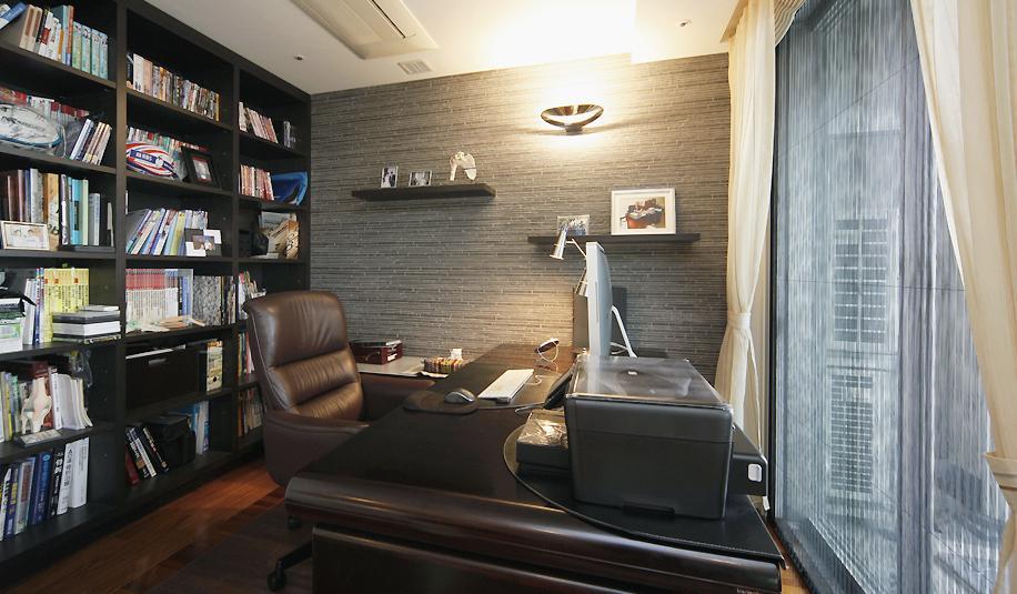 リビングと書斎を一続きに。気配を感じ合えるスタイルの部屋 収納しっかりの書斎