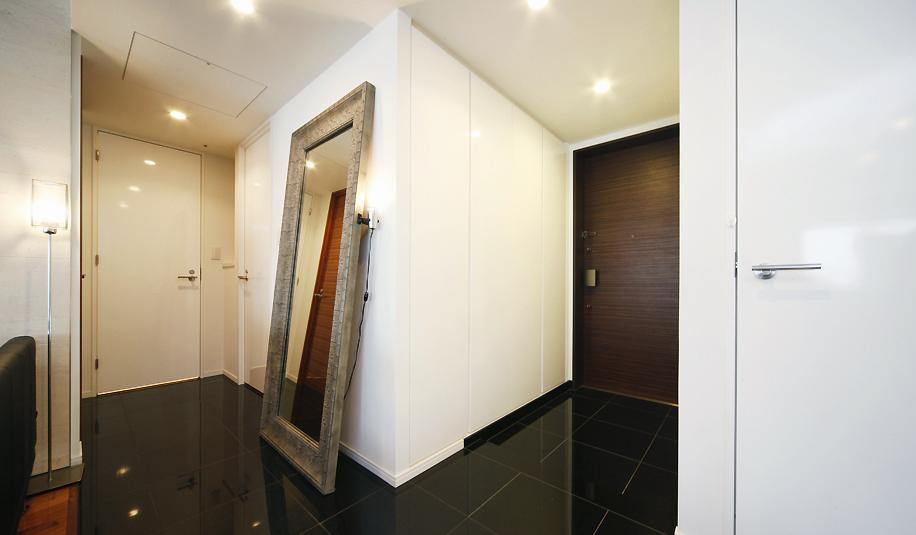 リビングと書斎を一続きに。気配を感じ合えるスタイル (大きな鏡のある玄関)