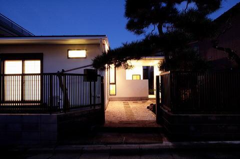 富士見台の家の部屋 道路から玄関ポーチを望む