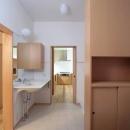 洗面台の前より正面奥のキッチンを望む