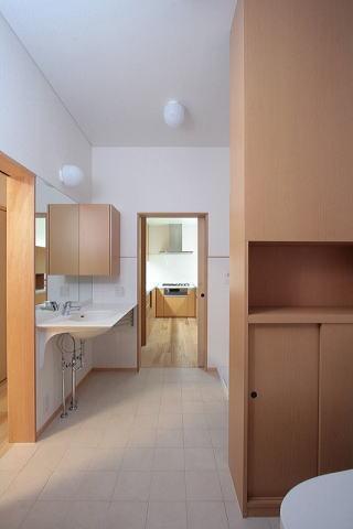 富士見台の家の部屋 洗面台の前より正面奥のキッチンを望む