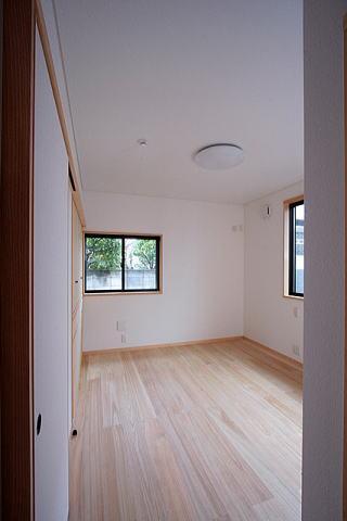 富士見台の家の部屋 リビング側の入口から 主寝室を望む