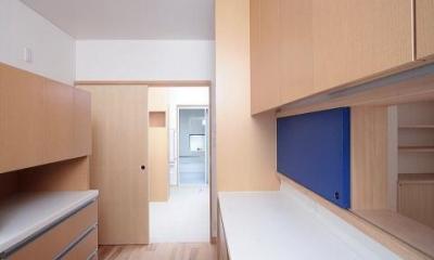 富士見台の家 (キッチンより正面にサニタリー、浴室を望む)