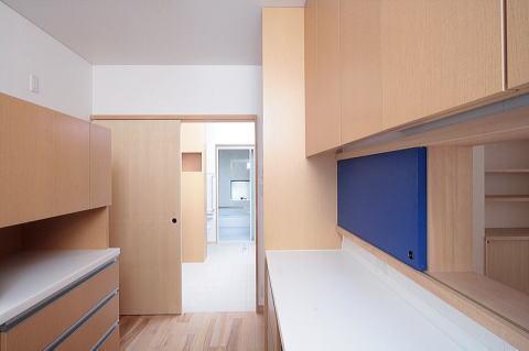 富士見台の家の部屋 キッチンより正面にサニタリー、浴室を望む