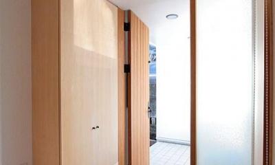 扉の先は玄関ポーチ|富士見台の家