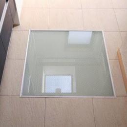 関町北の家 (2階の洗面脱衣室内の床用ガラス)