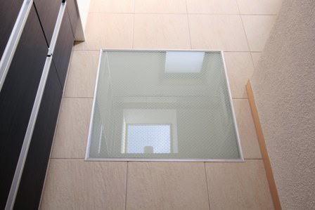 関町北の家の部屋 2階の洗面脱衣室内の床用ガラス