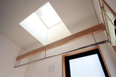 2階の洗面脱衣室内の物干場上部に設けたトップライト (関町北の家)