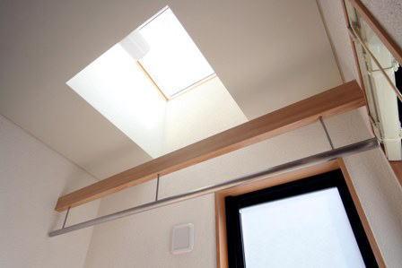 関町北の家の部屋 2階の洗面脱衣室内の物干場上部に設けたトップライト