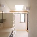 関町北の家の写真 トップライトにより明るい2階の洗面所