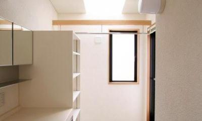 関町北の家 (トップライトにより明るい2階の洗面所)