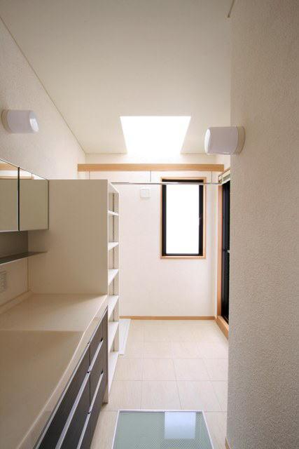 関町北の家の部屋 トップライトにより明るい2階の洗面所