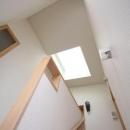 関町北の家の写真 トップライトから光が降りそそぐ階段