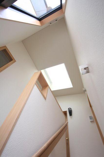 関町北の家の部屋 トップライトから光が降りそそぐ階段