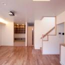 関町北の家の写真 ダイニングより階段と奧のたたみの間を望む