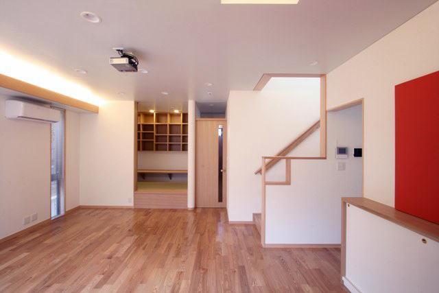 関町北の家の部屋 ダイニングより階段と奧のたたみの間を望む