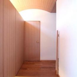 木製アーチ天井の玄関