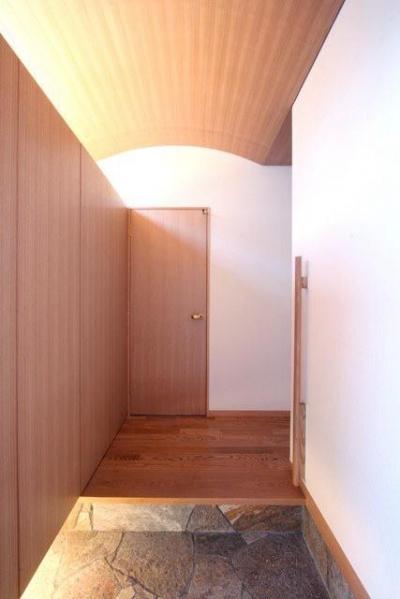 木製アーチ天井の玄関 (関町北の家)