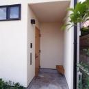 関町北の家の写真 木製ベンチのある玄関ポーチ