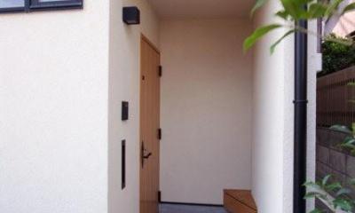 関町北の家 (木製ベンチのある玄関ポーチ)