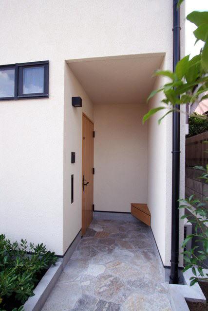 関町北の家の部屋 木製ベンチのある玄関ポーチ