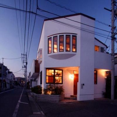 外観(道路側夕景) (八雲の家 ヨーロピアンテイストの小さな家)
