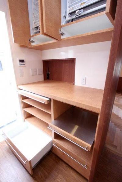 スライド棚付の造付け収納と配膳用開口 (八雲の家 ヨーロピアンテイストの小さな家)