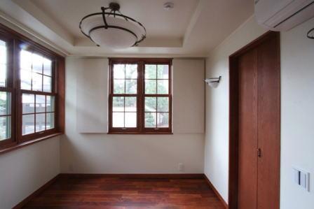 八雲の家 ヨーロピアンテイストの小さな家 (1階の主寝室)