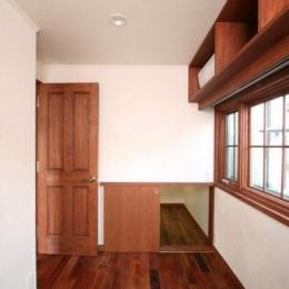 八雲の家 ヨーロピアンテイストの小さな家 (書斎と連続する階段下収納)