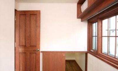 書斎と連続する階段下収納|八雲の家 ヨーロピアンテイストの小さな家