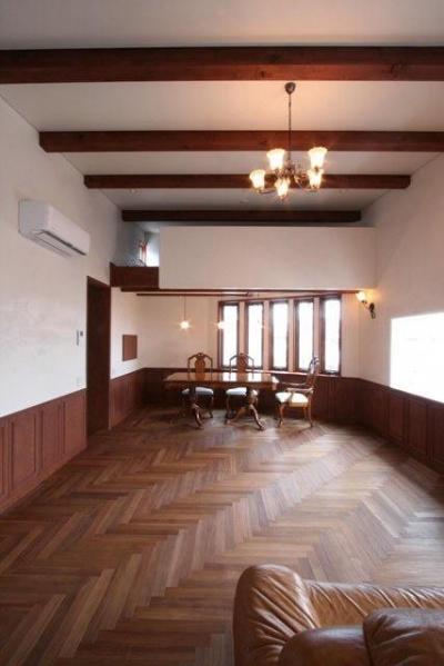 八雲の家 ヨーロピアンテイストの小さな家 (正面はアーチ型の出窓に面したダイニング)