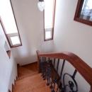 八雲の家 ヨーロピアンテイストの小さな家の写真 階段