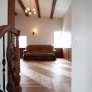 八雲の家 ヨーロピアンテイストの小さな家の写真 階段からリビングを望む